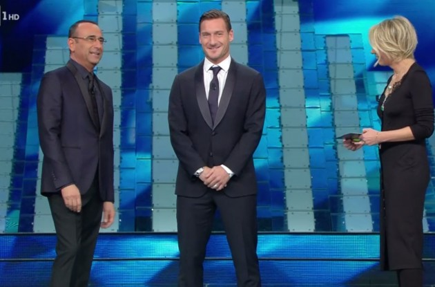 Sanremo, Totti show sul palco: pallonate, battute, gaffe, sfottò alla Lazio